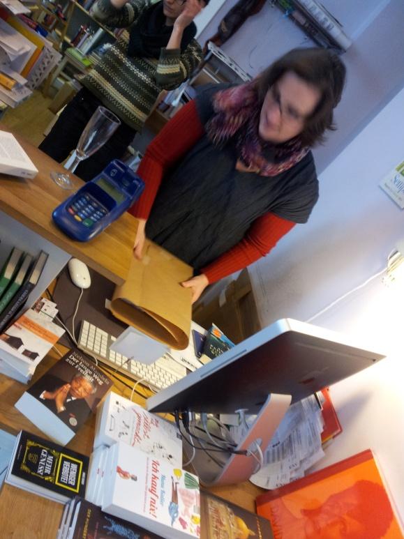 Auf einem Bild: Das Buchkontor, die Kassa, mein Buch auf der einen Seite gleich daneben, die Ulla auf der anderen Seite.