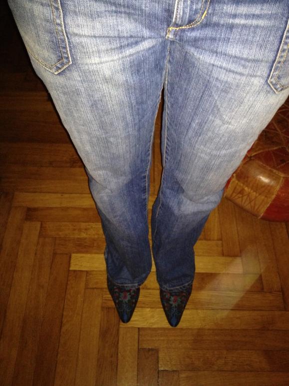 Das war übrigens eine Vierzig-Euro-Jeans vom Textilschweden) und ich bin grad noch zu zerknautscht, um mir eine